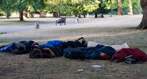 SLEEPING IN ST JAMES PARK TODAY PICTURE JEREMY SELWYN 22/07/2010